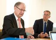 Landammann Hans Wallimann, links, und Finanzverwalter Daniel Odermatt bei der Präsentation des Budgets 2015, welches nun vom Kantonsrat genehmigt worden ist. (Bild: Corinne Glanzmann / Neue OZ)