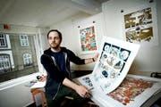 Silvan Zurbriggen zeigt in seinem Atelier in Bern seine Illustration der Mani-Matter-Geschichte «Dr Eskimo». (Bild Pius Amrein)