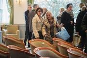 Alles muss weg: Im Hotel Palace kauften gestern Hunderte Leute Geschirr, Lampen und Stühle. (Bilder: Dominik Wunderli (Luzern, 26. Januar 2018))