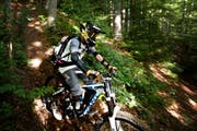Mountainbiker in Wäldern und auf Wanderwegen sind Kantonsrat Franz Hürlimann ein Dorn im Auge. (Bild: Maria Schmid / Neue ZZ)
