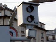 Zweimal vom gleichen Radar geblitzt: Ein 21-jähriger Freiburger war mit über 170 Stundenkilometern auf der Hauptstrasse unterwegs. (Symbolbild) (Bild: KEYSTONE/SALVATORE DI NOLFI)
