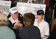 Präsidentenpaar Trump. (Bild: Evan Vucc/AP (Corpus Christi, 29. August 2017))