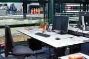 Schreibtisch mit Blick auf den Zuger Bahnhof: eine Art Kino, das täglich belebend wirkt und die Sinne schärft. (Bild Stefan Kaiser)