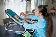 Babysitting ist für Studentinnen heute eine lukrative Verdienstmöglichkeit. Symbolbild: Gaetan Bally/Keystone