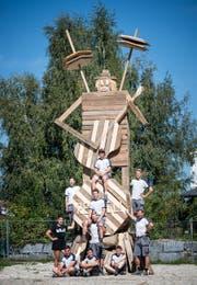 Sind bereit für das morgige Festival: Fränzi Hunkeler (links) vom Träff Schötz und Martin Eiholzer (rechts anlehnend) von der Renggli AG mit seinen Lehrlingen. (Bild: Roger Grütter (Schötz, 22. August 2017))
