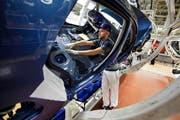 Ein Blick in die Autoproduktion bei Volkswagen im Werk im deutschen Wolfsburg. (Bild: Getty)