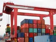In der grössten Sparte Seefracht steigerte Kühne+Nagel das Transportvolumen in den ersten neun Monaten um rund 8 Prozent oder 230'000 Container. (Archiv) (Bild: KEYSTONE/EPA/JEON HEON-KYUN)