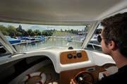 Ein Bootsbesitzer fährt in den Motorboothafen Alpenquai in Luzern ein. (Bild: Pius Amrein / Neue LZ)
