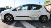 Die seitliche Kollision der beiden Autos hat deutliche Spuren hinterlassen. (Bild: Luzerner Polizei)