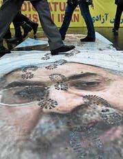 Porträt von Hassan Rohani vor der iranischen Botschaft in Paris. (Bild: Julien Mattia/Imago (4. Januar 2018))