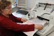 Olga Gasser vom Steueramt der Stadt Luzern scannt Steuererklärungen ein. (Bild Boris Bürgisser/Neue LZ)
