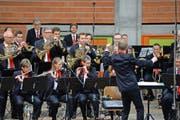 Die Harmoniemusik Kriens während ihrer Darbietung am Eidgenössischen Musikfest (links) und ein Musikant an der Grand Rue in Montreux. (Bilder Dominik Wunderli)