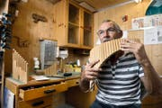 Klaus Bucher (62) in seiner Werkstatt in Kerns, wo er die Instrumente selber baut. (Bild: Corinne Glanzmann)