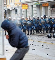 Schweizer Polizisten beklagen sich über höhere Gewaltbereitschaft. (Bild: Andreas Meier/KEY)