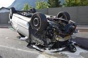Das Auto geriet auf eine provisorische Leitplanke, überschlug sich und landete auf dem Dach. (Bild: Kantonspolizei Nidwalden)