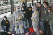 Die JUSO-Aktivisten beim Bahnhof Sarnen. (Bild: pd)