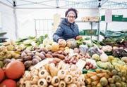 Anna Moos am Wochenmarkt mit frischem Gemüse vom Biohof Widacher in Malters. (Bild: Roger Grütter (Luzern 24. Januar 2017))
