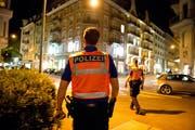 Die Abendpatrouille von «City Plus» im Einsatz an der Frankenstrasse in Luzern. Dort kontrollierte sie Partygänger und wilde Taxis. (Bild: Dominik Wunderli (Luzern, 11. Oktober 2014))