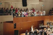 Kunst- und Alltagswelt begegneten sich: Musiker des Academy- Orchesters applaudieren der Barfuessfäger-Gugge auf der KKL-Galerie. (Bild: LF/Stefan Deuber)