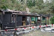 Das Gartenhaus wurde beim Brand stark beschädigt. (Bild: Luzerner Polizei)
