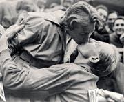 Der doppelte Goldmedaillen-Kuss: Dana Zatopkova und Emil Zatopek. (Bild: AP)