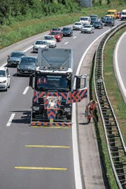 Ein Lastwagen mit Anpralldämpfer platziert die Warnschwellen. (Bild: Nadia Schärli)