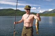 Putin als Fischer in den Ferien – wieder mal oben ohne. (Bild: EPA/ALEXEI NIKOLSKY / SPUTNIK / KREMLIN)