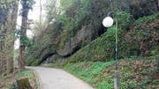 Der Tribschenhornweg führt unter anderem dieser Felswand entlang. (Bild: pd)