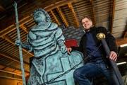 Peti Mahler ist der künstlerischer Leiter der Wagenbaugruppe der Rotsee-Husaren und posiert hier neben der Helvetia Statue. (Bild: Philipp Schmidli (Ebikon, 1. Februar 2018))
