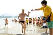 Ein Schwimmer erreicht das Ziel beim Strandbad Tribschen. (Bild: Boris Bürgisser / Neue LZ)