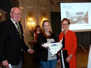 Stefanie Rast (Mitte) aus Greppen erhielt die silberne Ehrenmedaille für Ihren Einsatz als Lebensretterin.. Die Verleihung fand in Bern statt. (Bild: pd / Fred Leiser)