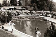 Auch diese historische Aufnahme wird in der Ausstellung präsentiert: Blick auf das Bürgenstock-Freibad während einer Modeschau in den 1960er-Jahren. (Bild: ZVG / Privatalbum Fred Hausheer (Direktor der Bürgenstock-Hotellerie in den 1960er-Jahren))