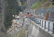 Die Mitarbeiter der Firma Porr Suisse haben während mehrerer Wochen unter Hochdruck gearbeitet, um den Terminplan zur Wiedereröffnung der Bristenstrasse einhalten zu können. (Bild: Corinne Glanzmann (Bristen, 11. April 2017))