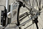 Beim E-Biken wurde der Velofahrer mittelschwer verletzt. (Symbolbild) (Bild: Keystone)