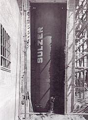 Der im Jahr 1939 eingebaute Heizwasserkessel der Firma Sulzer auf dem Areal der L&G an der Gubelstrasse liefert Wärme (Bild links). Damit auch Torf genutzt und verbrannt werden konnte, musste ein Hochkamin gebaut werden. (Bild: Archiv für Zeitgeschichte (ETH Zürich)/Verein Industriepfad Lorze)