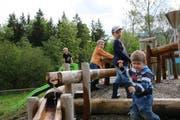 Kinder spielen an der Station «Wasserschloss». (Bild: pd)