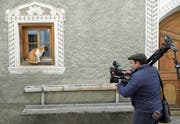 Journalist von Radiotelevisiun Svizra Rumantscha im bündnerischen Tschlin. (Bild: Gian Ehrenzeller/Keystone (28. November 2017))
