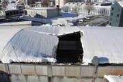 Das eingestürzte Dach in Einsiedeln. (Bild: Kantonspolizei Schwyz)