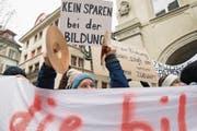 Schüler und Lehrer protestieren gegen Kürzungen bei der Bildung vor dem Regierungsgebäude. (Bild: Urs Flüeler/Keystone)