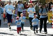 Auch in den vergangenen Jahren hatten die Familien Spass am Luzerner Stadtlauf, wie dieses Bild aus dem Jahr 2008 zeigt. (Bild: Nadia Schärli/Archiv LZ (Luzern, 26. April 2018))