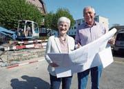 Geschäftsleiterin Ruth Dössegger und der abtretende Präsident Toni Luginbühl an der Ecke Enikerweg–Pilatusstrasse, wo die Gemeinnützige Baugenossenschaft einen Neubau realisiert. (Bild: Werner Schelbert (Cham, 12. April 2017))