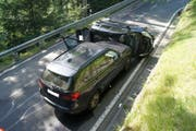 Die Insassen des gekippten Fahrzeugs hatten Glück trotz allem: Sie erlitten nur geringe Verletzungen. (Bild: PD/Zuger Polizei)