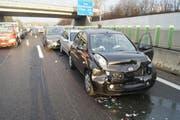 Die in den Unfall verwickelten Fahrzeuge auf der A4a sorgten für Staus im Morgenverkehr. (Bild: Zuger Polizei)