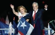 Sebastian Piñera und seine Frau Cecilia Morel freuen sich über den Wahlsieg. (Bild: Luis Hidalgo/Keystone (Santiago de Chile, 17. Dezember 2017))