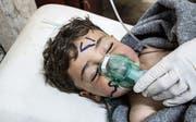 Ein Kind erhält in einem Feldspital medizinische Hilfe. (Bild: EPA (Sarakeb, 4. April 2017))