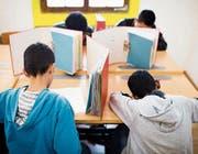 Minderjährige Asylsuchende bei einer Prüfung. (Bild: Keystone)