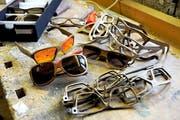 Geleimt, geformt, gesägt, geschliffen – und made in Lungern: Sonnenbrillen aus Holz. (Bild Christoph Riebli)