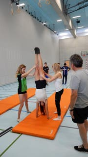 Die Geräteturnerinnen zeigen den Fussballern Übungen aus der Sportart Turnen. (Bild: PD)