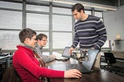 Ein Dozent und zwei Studenten an der Hochschule Luzern - Abteilung Informatik in Horw. (Bild: Archiv Neue LZ)