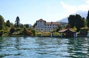 Eine der brach liegenden Liegenschaften am Vierwaldstättersee: Das Seehotel St. Niklausen in Horw. (Bild: Daniel Schriber / Neue LZ)
